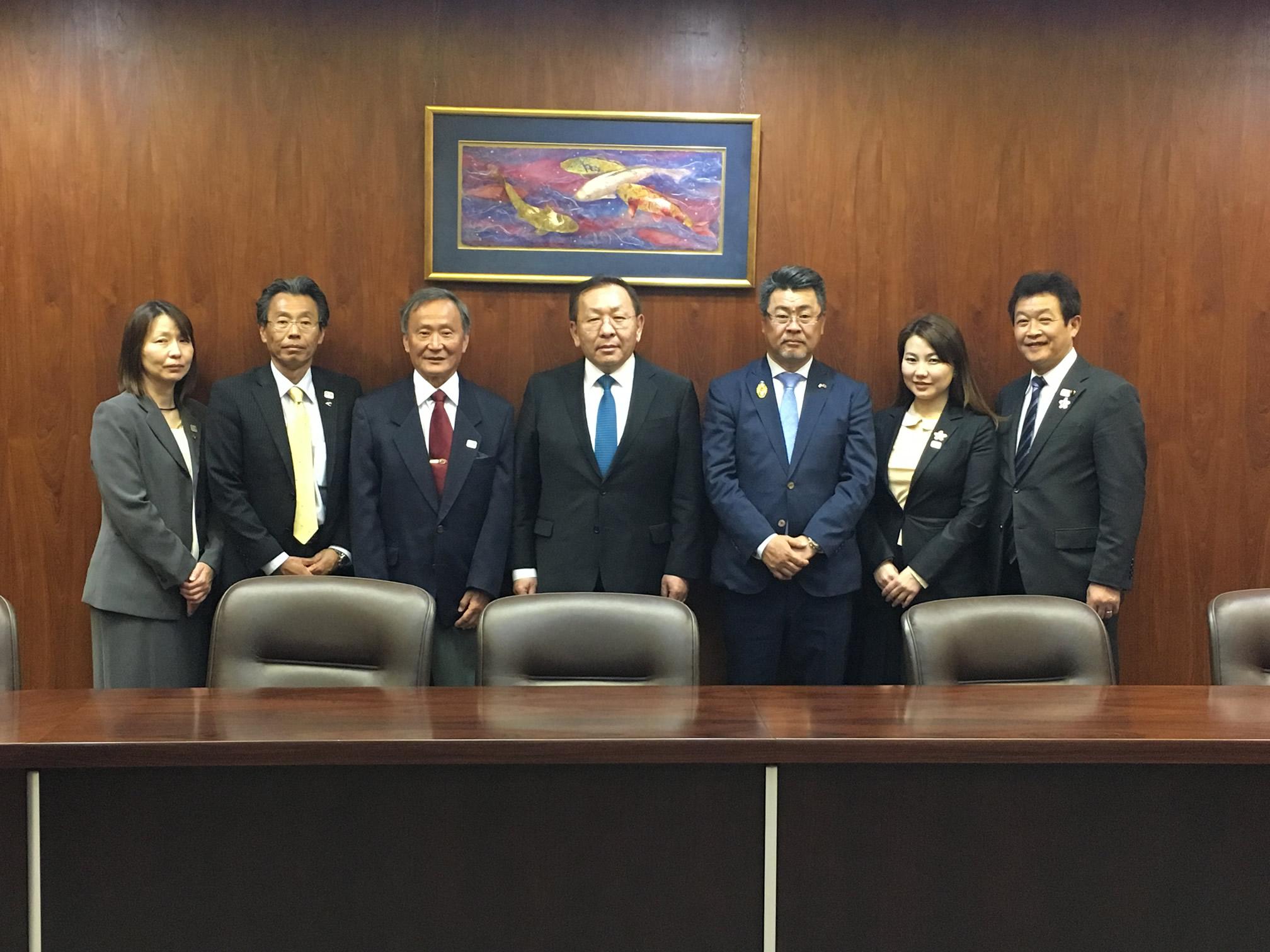 gaan会長とで、2020東京オリンピックに向けた、キャンプ地などに関する協定書への調印式が行われました。 #いそべ亮次 #岡﨑市議会議員
