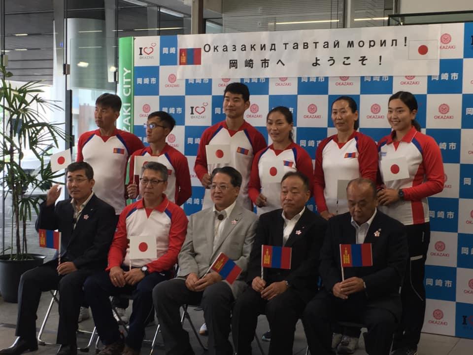 チームが、オリンピックに向けた事前キャンプで、岡崎市にお越しになりました。 本日は、市役所へ表敬訪問され、ロビーにて歓迎セレモニーが行われました。 19日に帰国予定ですが、明日から愛産大にて練習を行い、14日、15日は中央総合公園で行われる、ISPSハンダカップという、日本のトップ選手達だけが出場する全国大会にオープン参加をします。この大会には、ブータンとオーストラリアの選手も参加されるようです。 そして、16日〜18日は、同じく中央総合公園で、日本アーチェリーナショナルチームの合宿が行われ、そこに一緒に参加される予定です。 ぜひ、アーチェリーの試合や練習を見学しに中央総合公園へ行ってみてください。 また、モンゴルチームの皆さんの健闘をお祈り申し上げます。 #いそべ亮次 #岡﨑市議会議員