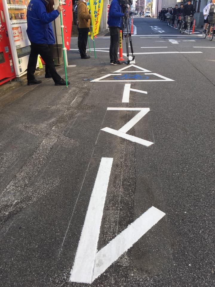 。昨日は警察署の方、地元の総代さんやご町内の方々と交通指導に立たせていただきました。<br /> 市内で初めての自転車のトマレの地面への表示。<br /> 今まで点滅信号が交差点上部についてましたが、結構交通事故がありました。<br /> これで優先道路と一旦停止が明確になりましたので、通られる方はお気をつけてください。<br /> ポールを立てさせて頂いた近隣の方のご協力にも感謝です。 #いそべ亮次 #磯部亮次 #岡崎の未来を考える会 #岡﨑市議会議員